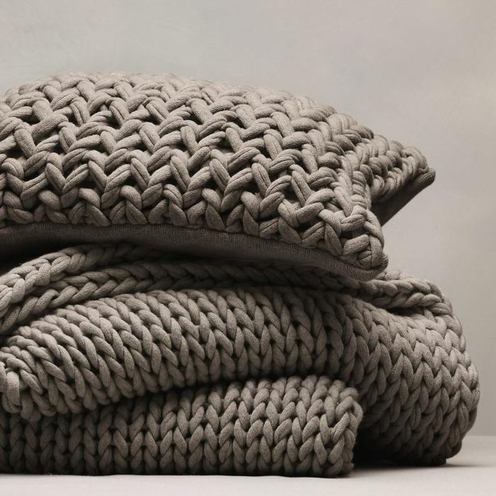 schöner-stricken-handgemachte-Kissen-braune-Farbe-Schlafdecke