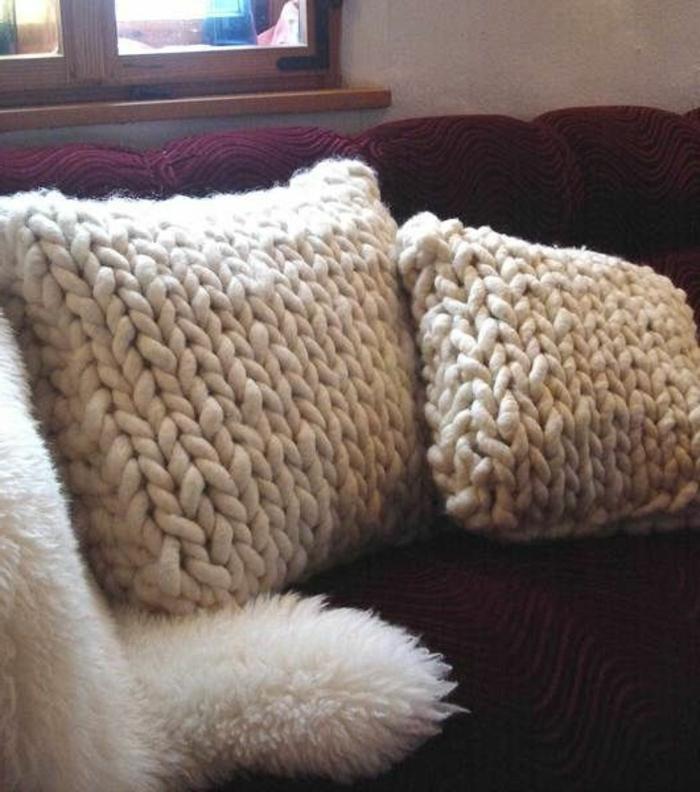 schöner-stricken-handgemachte-Kissen-creme-Farbe-gemütliches-Wohnzimmer