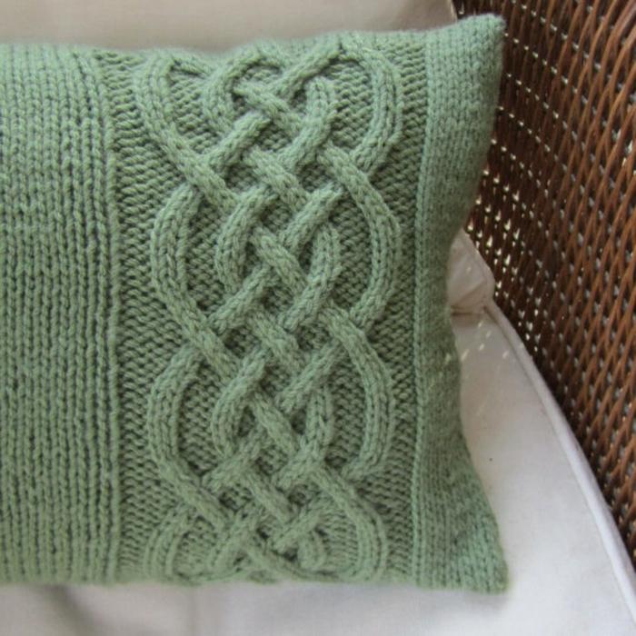 schöner-stricken-handgemachtes-Modell-Kissen-grün-Zopfen-Dekoration