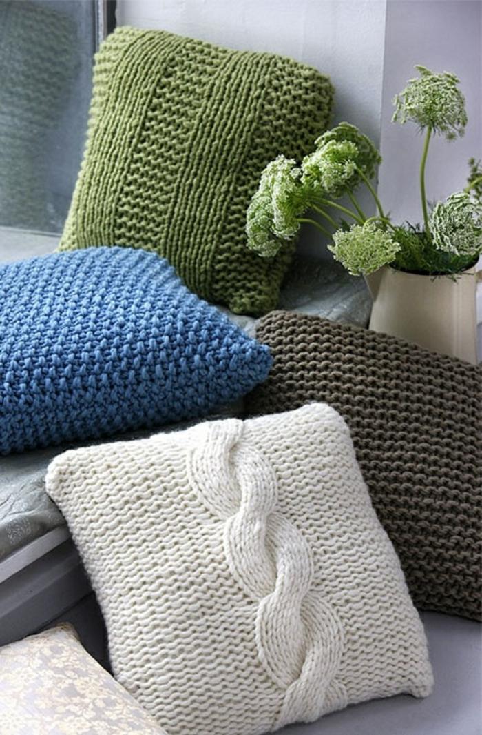 schöner-stricken-verschiedene-Modelle-Kissen-grün-blau-weiß-braun-stricken-zopfmuster
