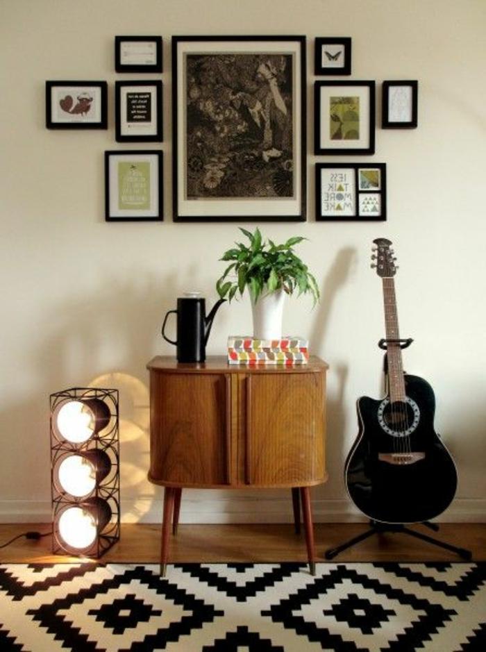 schönes-Interieur-graphische-Elemente-kleine-Wandbilder-schwarze-akustische-Gitarre