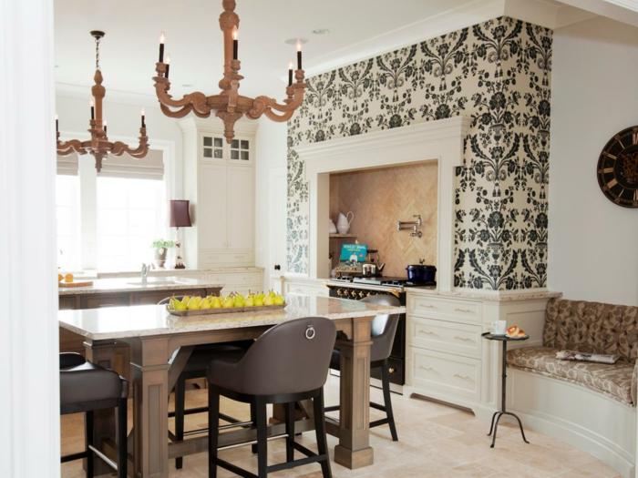 schönes-Küchen-Interieur-rustikale-Kronleuchter-massive-Möbel-Birnen-auf-der-Platte-Eckensofa-vintage-Wanduhr-schwarz-weiße-elegante-Tapeten-mit-Ornamenten