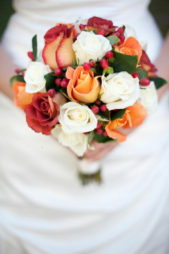 schönes-Rosen-Arrangement-für-hochzeitsstrauß-weiße-rote-orange-Blumen