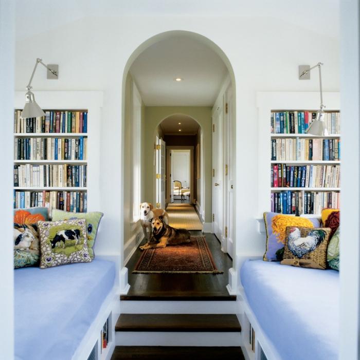 schönes-weißes-Interieur-viele-Bücheregale-Hunde-leselampen