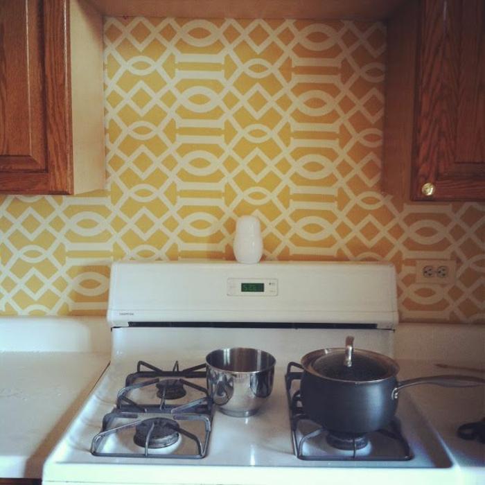 schlichte-Küchen-Einrichtung-gelbe-Tapeten-weiße-Ornamente