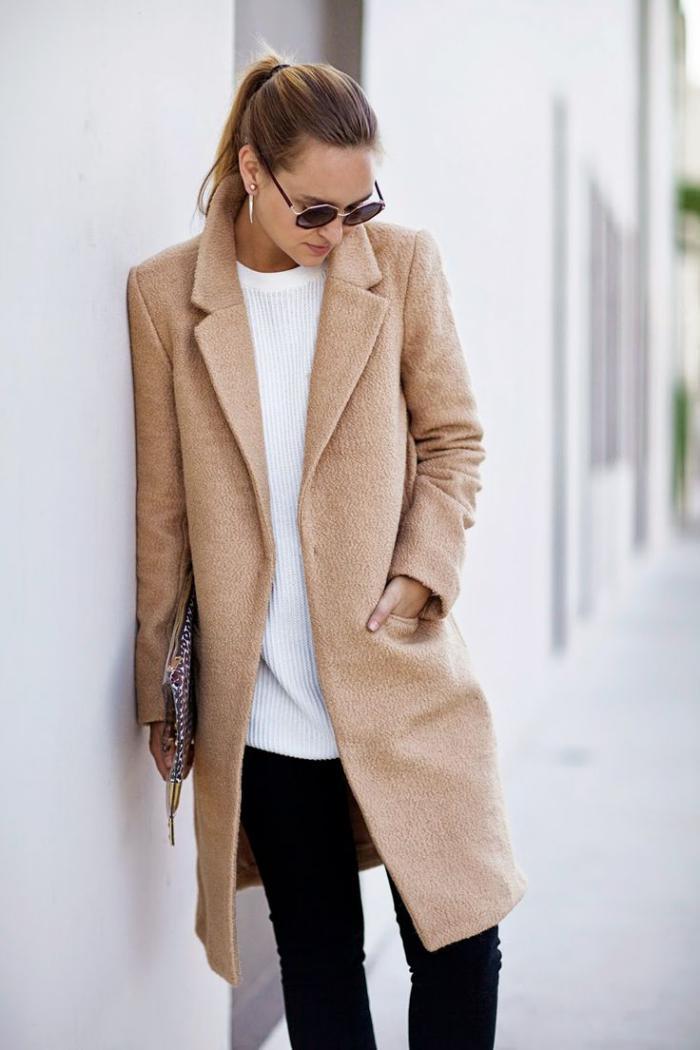 schlichter-Outfit-mantel-Karamell-Farbe-weißer-Pullover-schwarze-Hosen-alltägliche-Vision