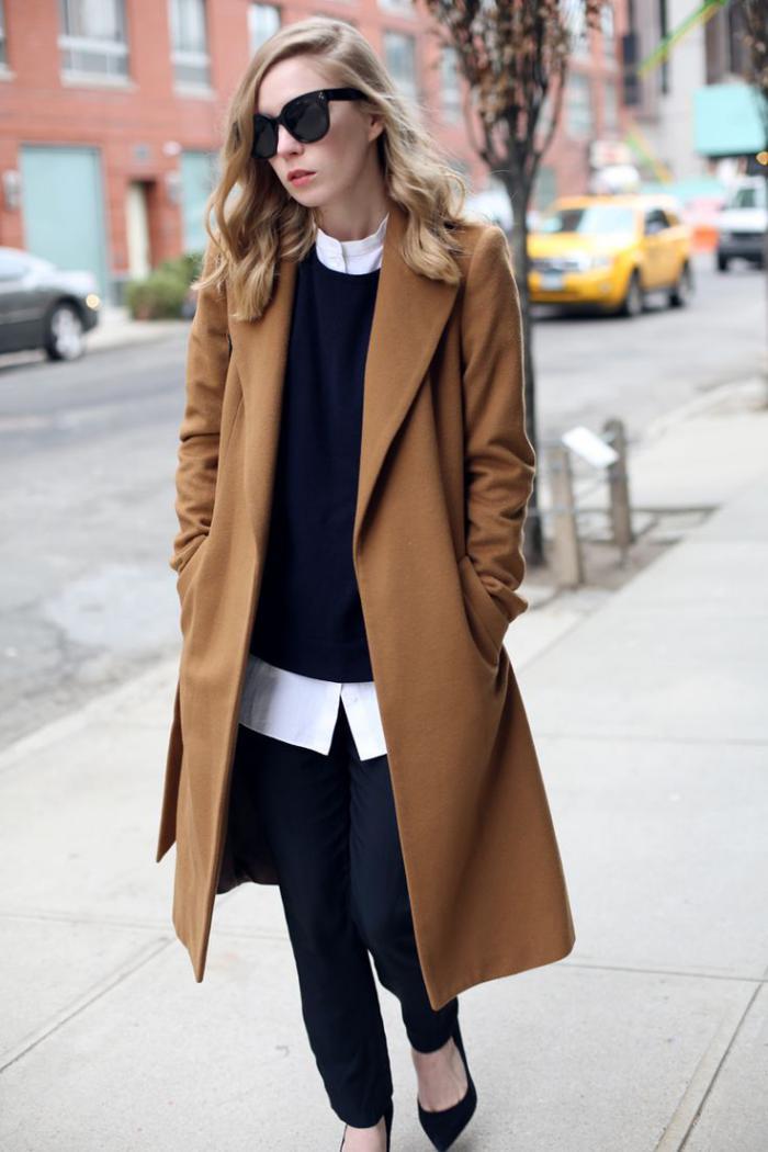 schlichter-Outfit-wintermantel-Karamell-Farbe-schwarzer-Pullover-Hosen-weißes-Hemd