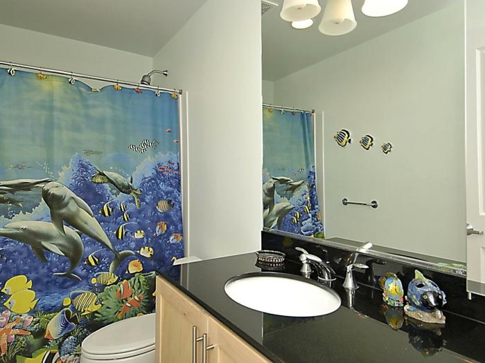 schlichtes-Badezimmer-Interieur-diy-deko-Vorhang-Meermotive-Delphine