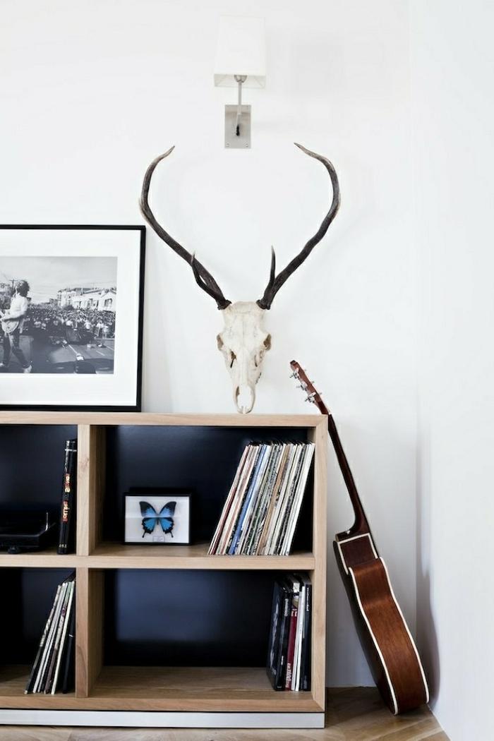 schlichtes-Interieur-Bücherregale-rustikaler-Dekoartikel-schwarz-weißes-Foto-akustische-Gitarre