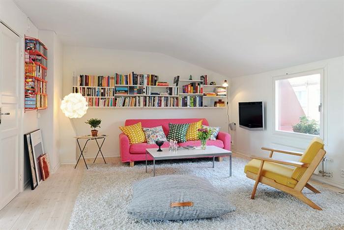 schlichtes-Interieur-farbige-Akzente-Bücheregale-hochwertiger-Teppich