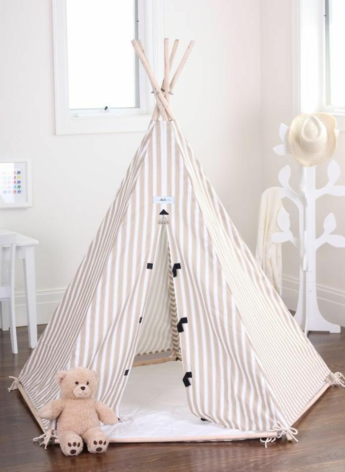 schlichtes-Kinderzimmer-Interieur-schönes-Zelt-an-Streifen