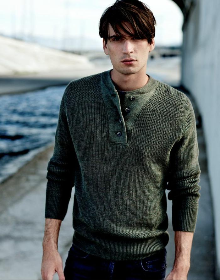 schlichtes-Modell-grüner-Pullover-Herren