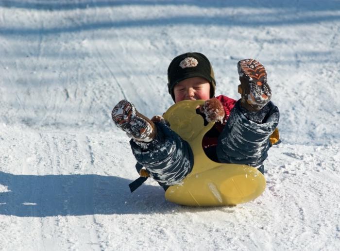 schlitten-fahren-unikales-lustiges-foto-von-einem-kind