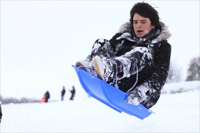 schlitten-fahren-weißer-schnee-überall