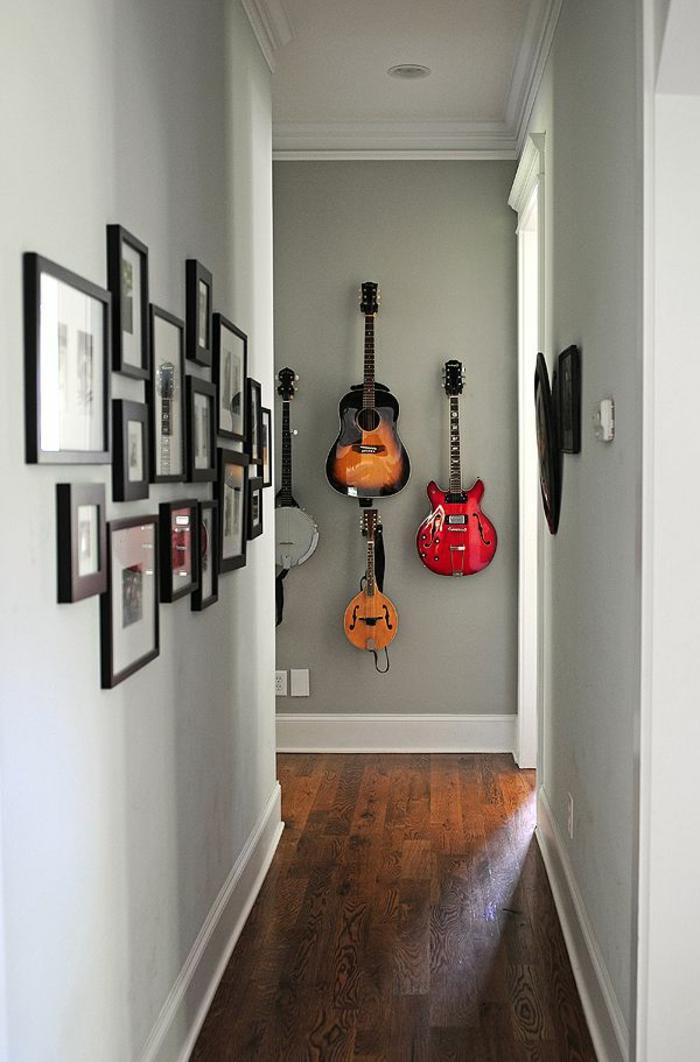 Die akustik gitarre als teil des interieurs - Fotos an der wand ...