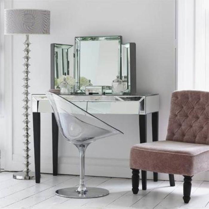 schminktisch-mit-spiegel-glas-elemente-neben-stehlampe