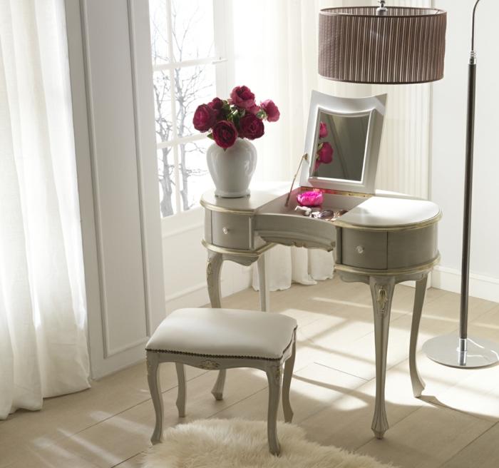 schminktisch-mit- spiegel-hängelampe-und-große-vase