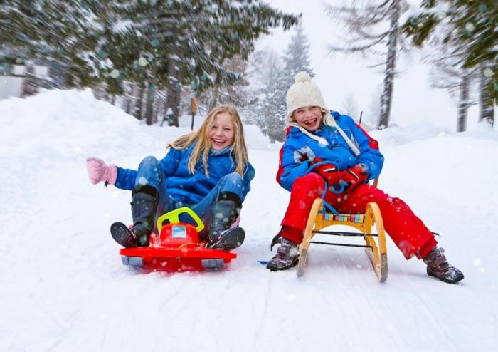 schnee-schlitten-fahren-lustiges-foto