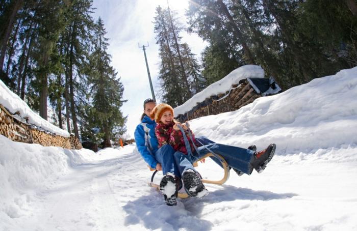 schnee-schlitten-rodeln-und-glücklich-sein