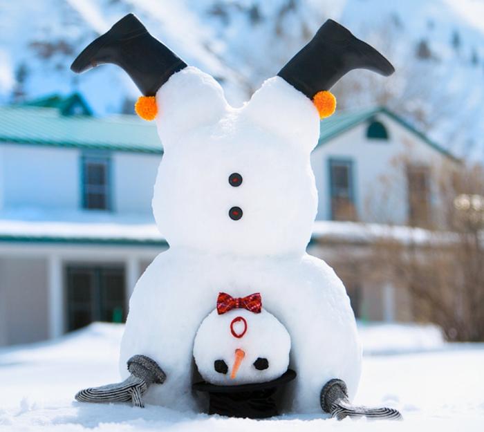 schneemann-bauen-cooles-foto-mit-dem-kopf-auf-dem-schnee