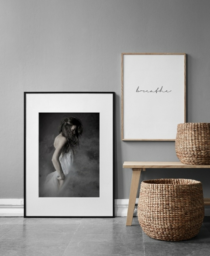 artistisches Bild von einer Frau, inspirierendes Zitat, Bilder Wohnzimmer Ideen, Bank aus Holz, zwei runde Korbe