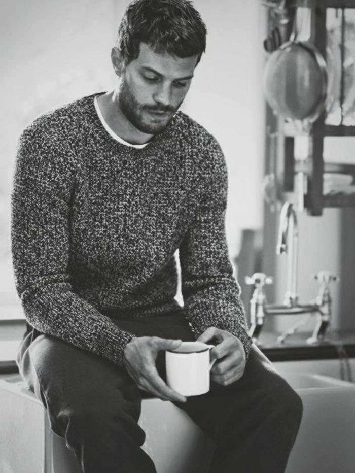 schwarz-weißes-Foto-Jamie-Dornan-Kaffee-trinkend-warmer-Pullover