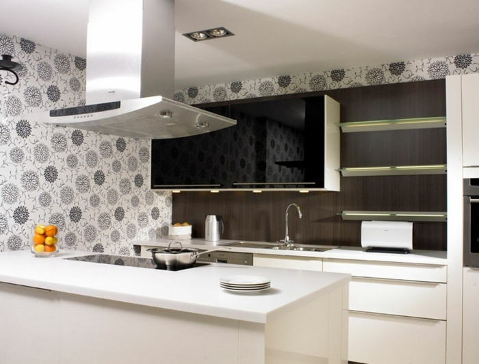 schwarz-weißes-Küchen-Interieur-romantische-Tapeten-florale-Motive