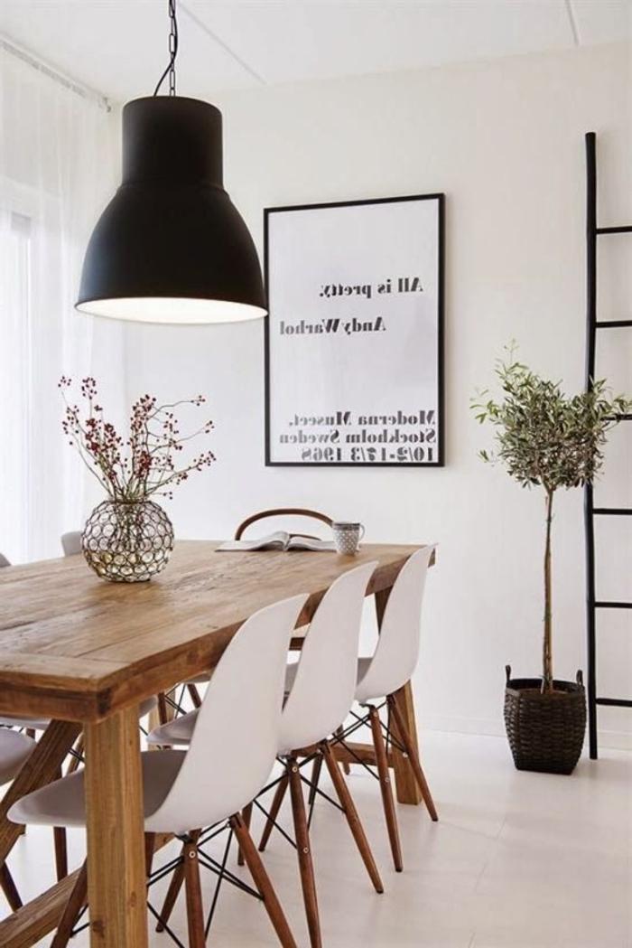 schwarze-Designer-Leuchte-über-dem-Esstisch