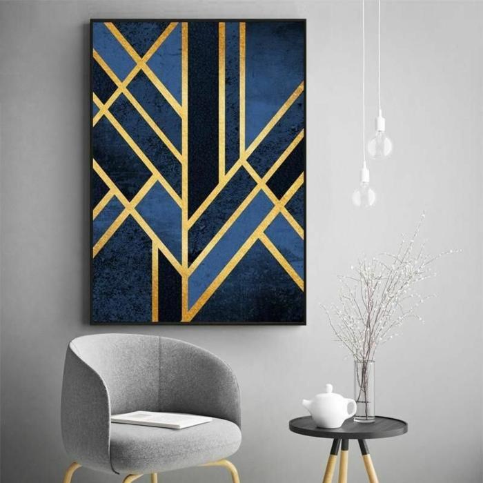 Bilder Wohnzimmer abstrakt, geometrische Figuren in blaue und goldene Töne, moderner Sessel in grau, Runder Tisch mit drei Füßen