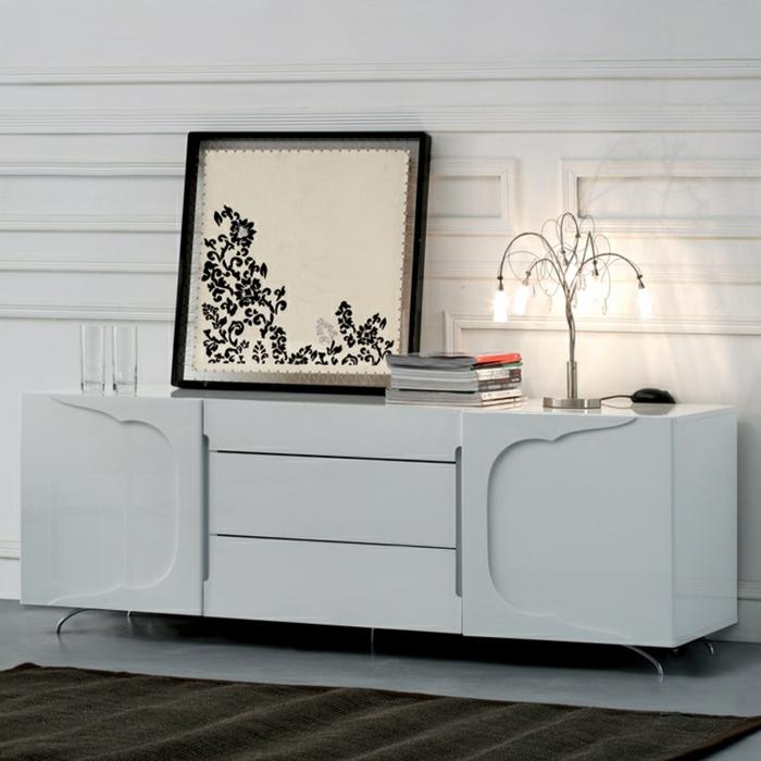 sideboard-in-weiss-attraktive-dekoration-darauf