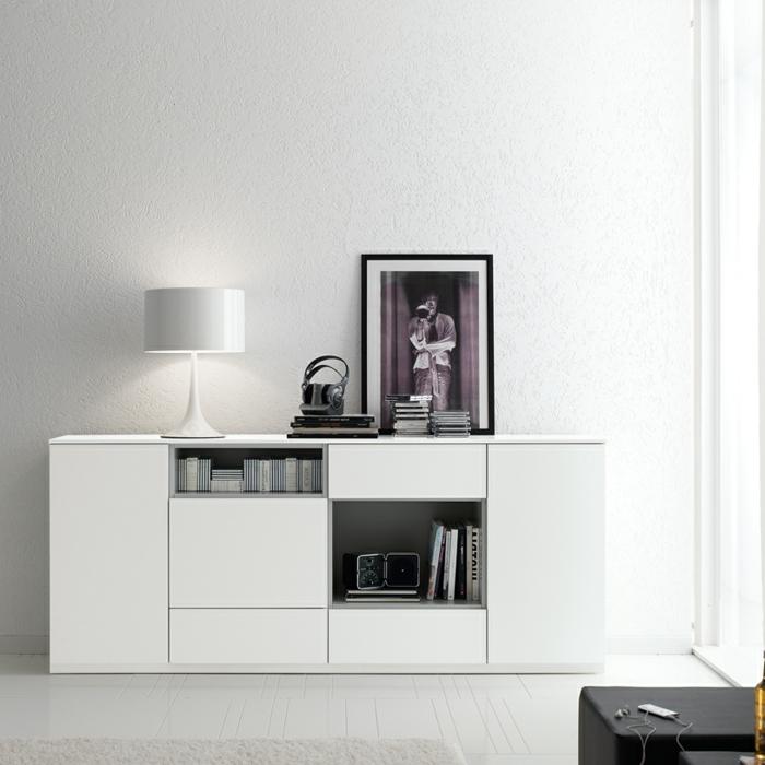 sideboard-in-weiss-bild-darauf-moderne-beleuchtung