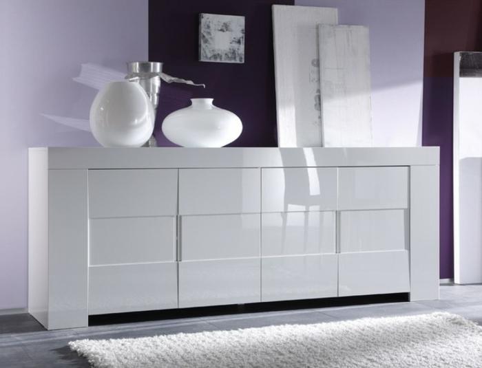 sideboard-in-weiss-schöne-weiße-dekoartikel-darauf