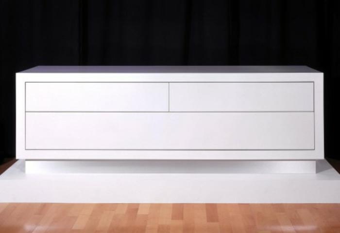 sideboard-in-weiss-unikale-ausstattung-schwarzer-hintergrund