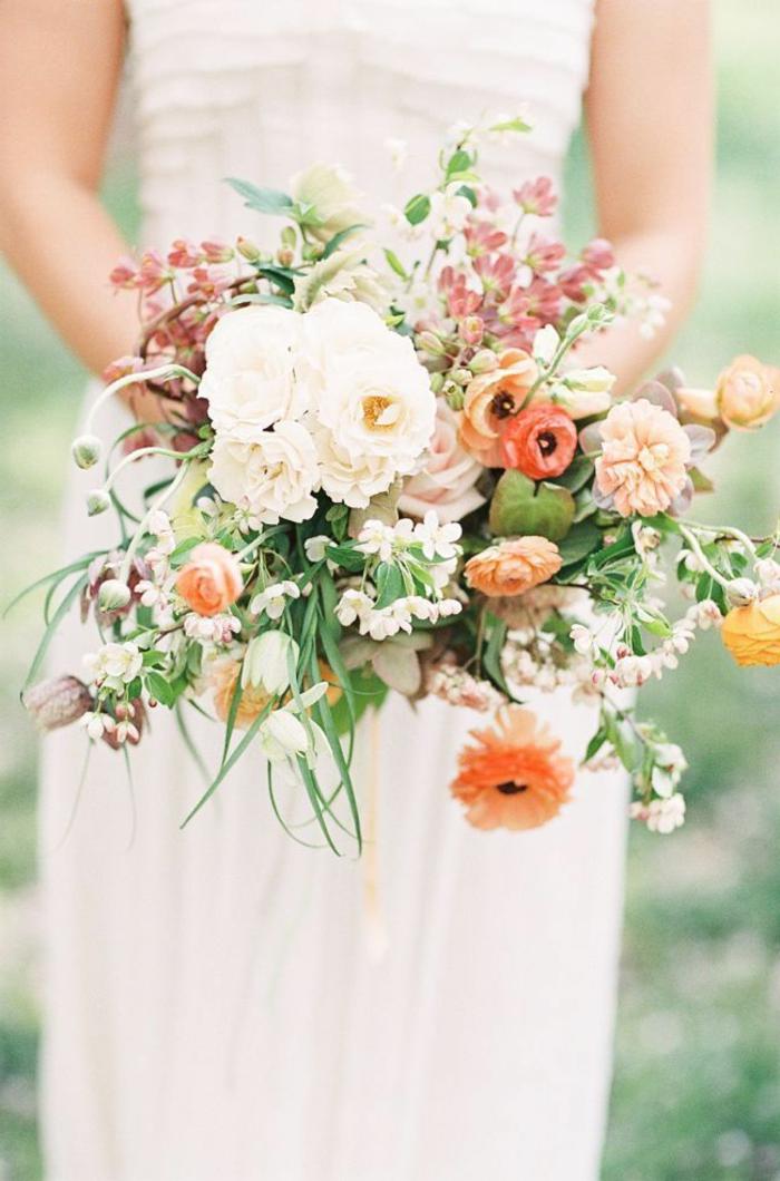 simpler-Hochzeitsstrauß-Frühlingsblumen-romantisch-zärtlich