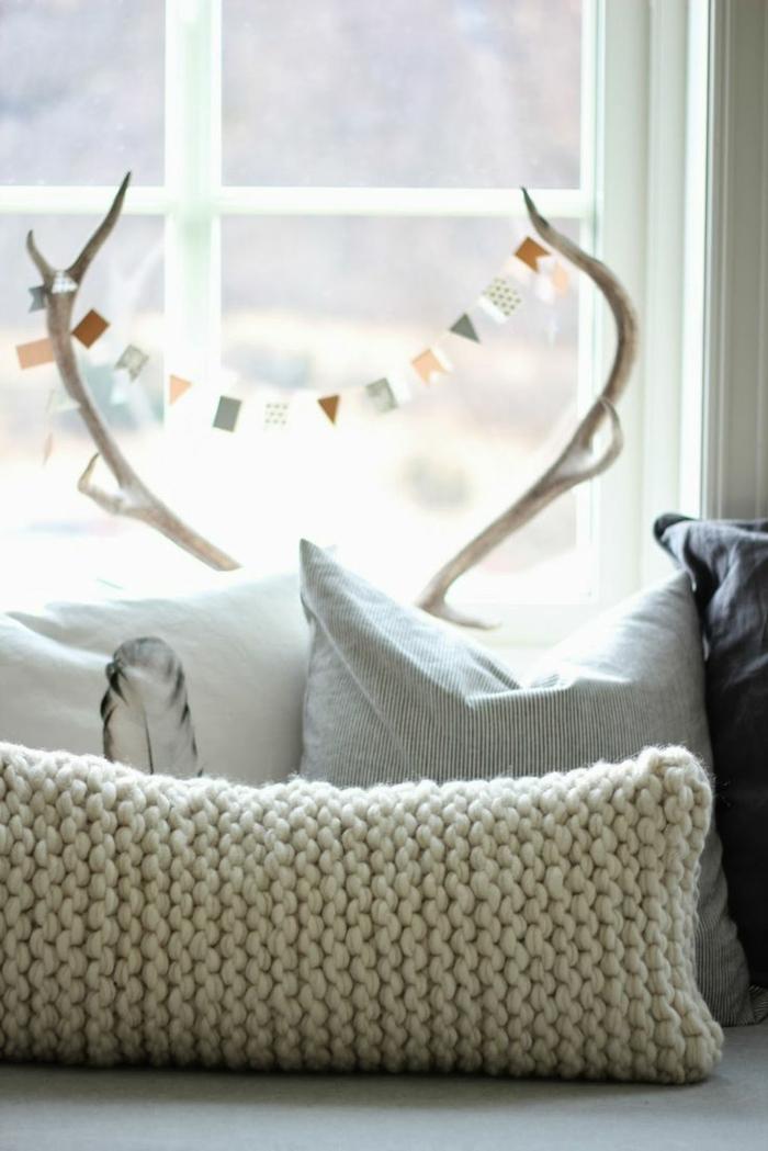 skandinavischer-Schick-Kissen-Pastellfarben-gestricktes-Modell-in-creme-farbe