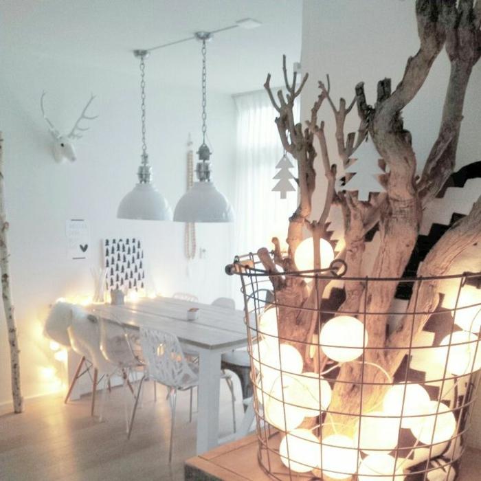 skandinavisches-Interieur-interessante-WInterdekoration-Holz-Zweige-Glühbirnen