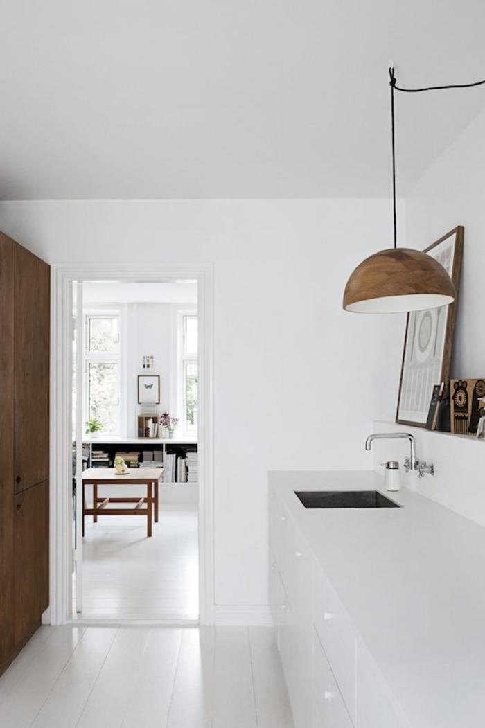 skandinavisches-Küchen-Interieur-minimalistische-Einrichtung-Designer-Leuchte