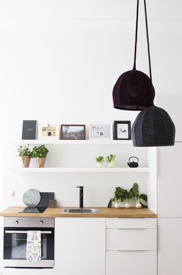 skandinavisches-Küchen-Interieur-weiße-minimalistische-Einrichtung-einzigartige-Designer-Lampen-schwarz