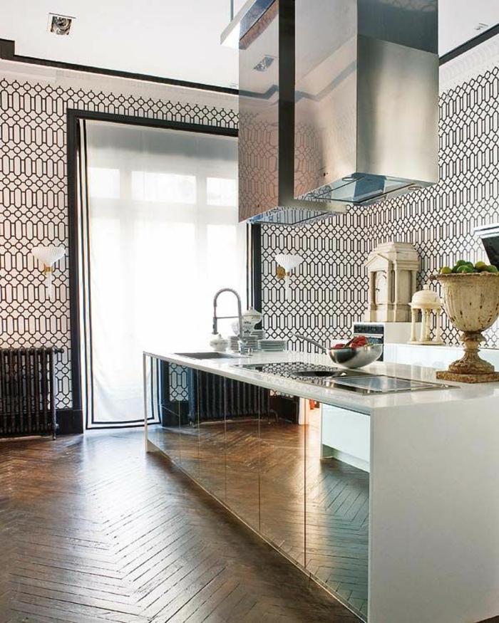 stilvolle-Küche-modernes-Interieur-schwarz-weiße-Tapeten-mit-Ornamenten