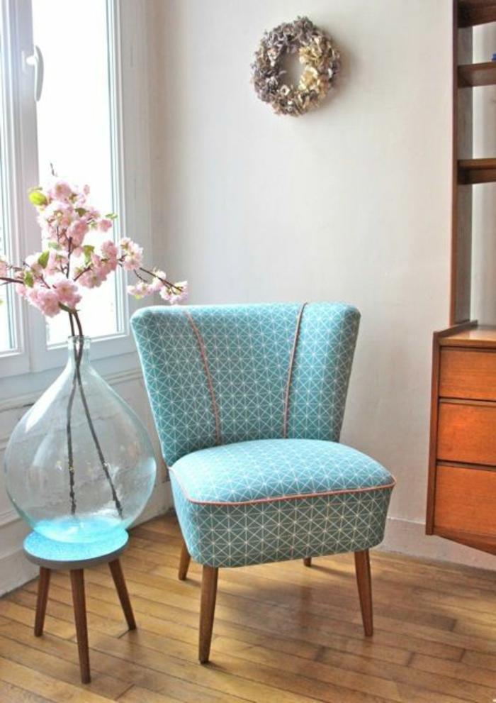 stilvoller-Loungesessel-türkis-Farbe-Textil-elegantes-Muster-kreatives-Design-Vase-frische-Frühlingsblumen