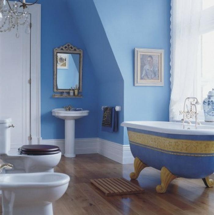 stilvolles-Badezimmer-Interieur-blaue-Wände-Badewanne-Wandbild-Spiegel-aristokratische-Gestaltung-elegante-deko-ideen