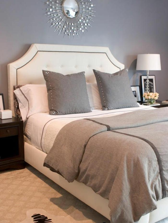 stilvolles-Schlafzimmer-Design-graue-Wände-elegantes-doppelbett-französisches-bett-graue-Kissen-effektvolle-Wandgestaltung
