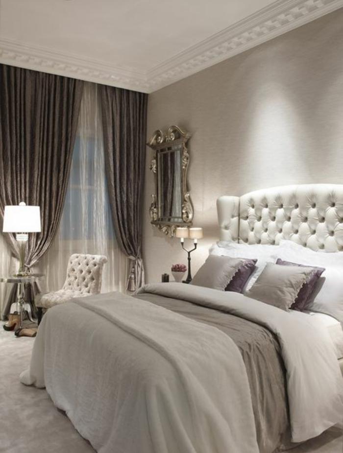 stilvolles-Wohnzimmer-Interieur-helle-Nuancen-aristokratischer-Stil-King-Size-Bett