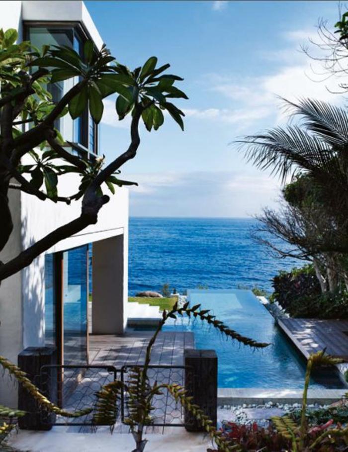 strandhäuser-grüne-bäume-blaues-wasser
