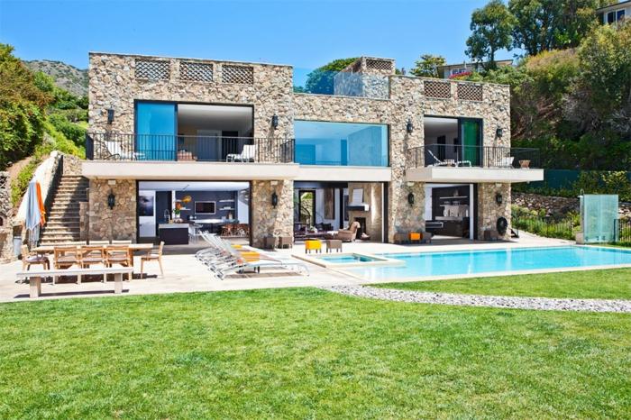 strandhäuser-grünes-gras-und-pool
