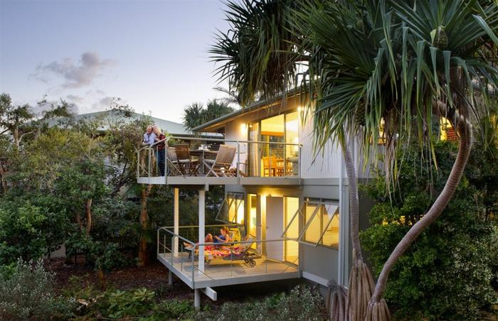 strandhäuser-originelle-gestaltung-grüne-palmen