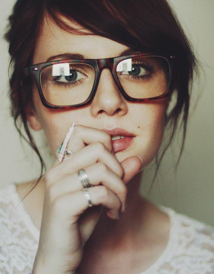sympatisches-Mädchen-hornbrille-wunderschönes-Modell