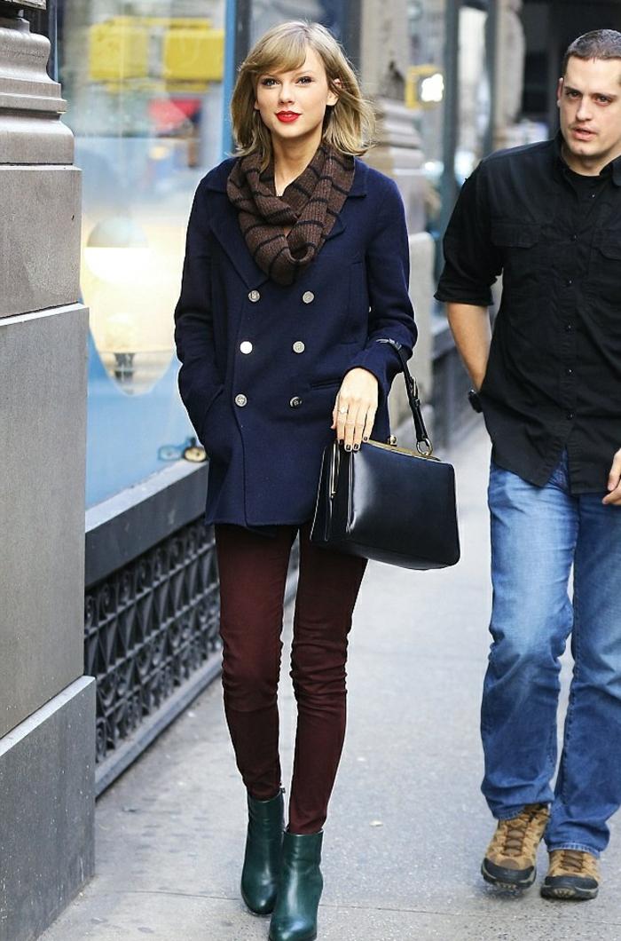taylor-swift-Winter-Kleidung-dunkelblauer-Mantel-loop-schal-weinrote-Hosen-vintage-Modell-Tasche