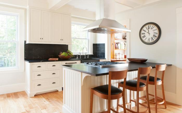 tisch-und-stühle-aus-holz-essgruppe-in-küche