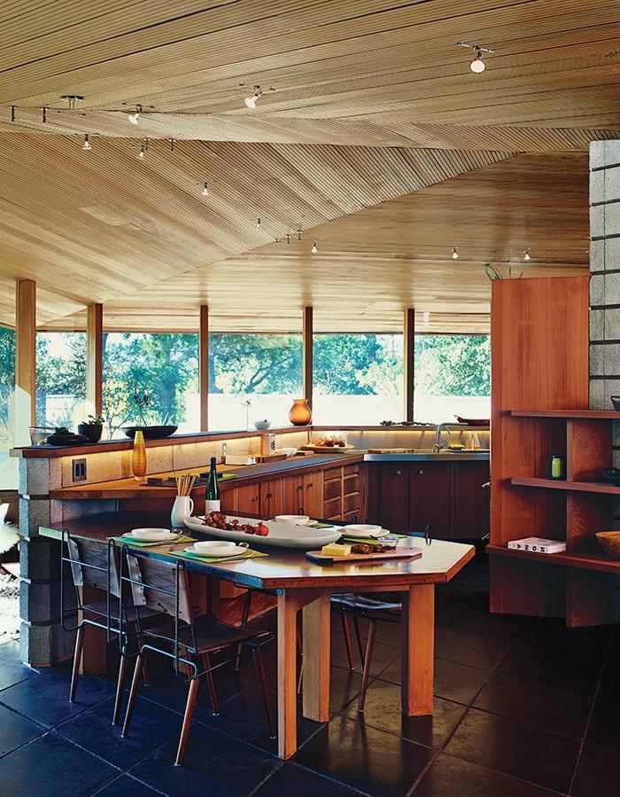 unikale-küche-mit-einer-modernen-essgruppe-aus-massivholz